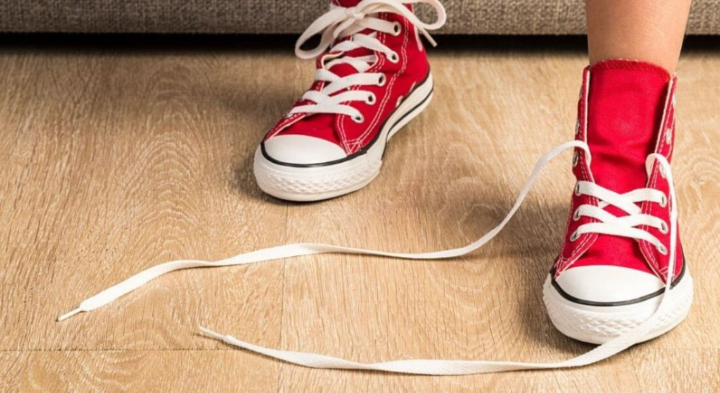 How to get rid of the tension of tying the shoelaces